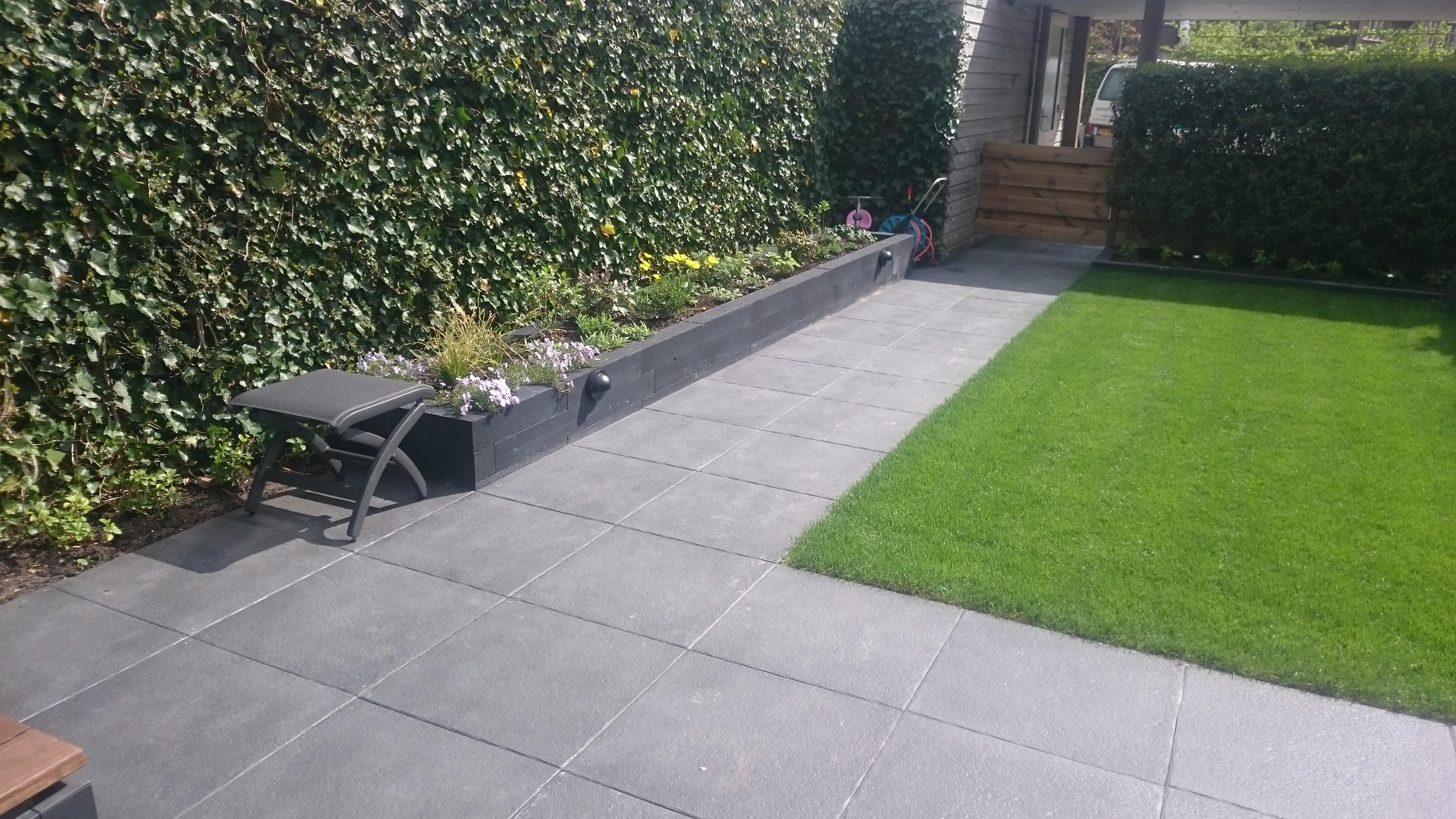 Tuin Met Tegels : Praktische tuin met mooie grote donkergrijze tegels gert lieman