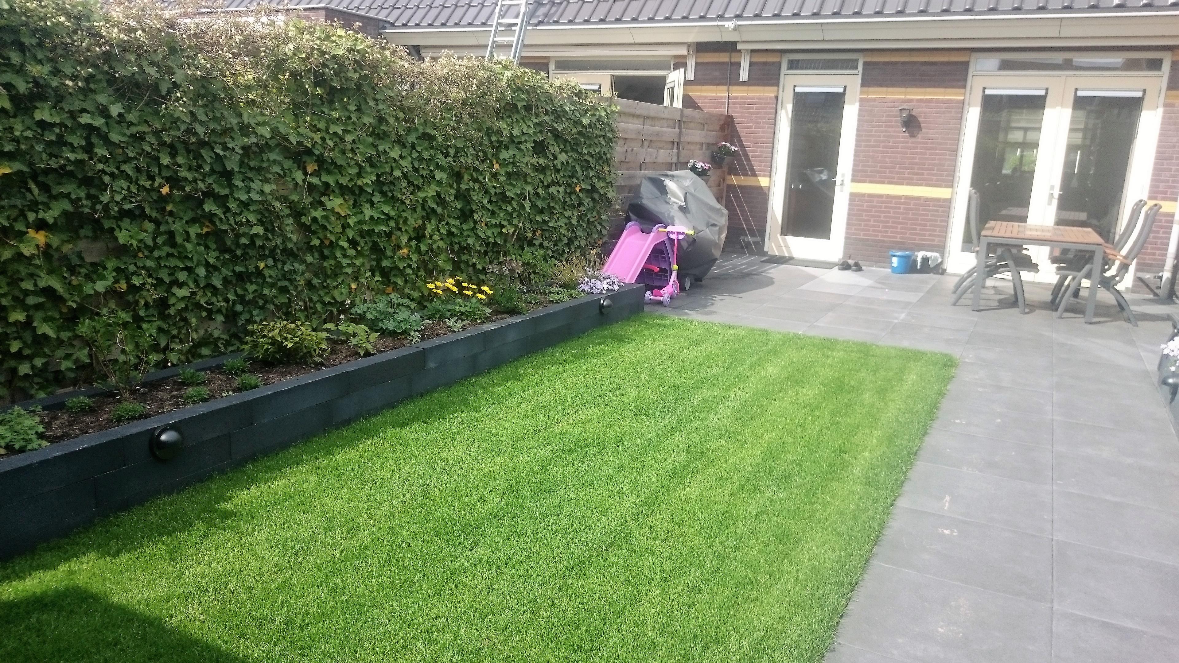 Grote Tegels Tuin : Praktische tuin met mooie grote donkergrijze tegels gert lieman