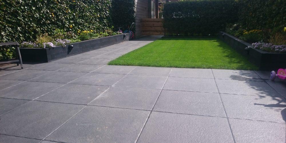 Tegels Voor In De Tuin.Praktische Tuin Met Mooie Grote Donkergrijze Tegels Gert