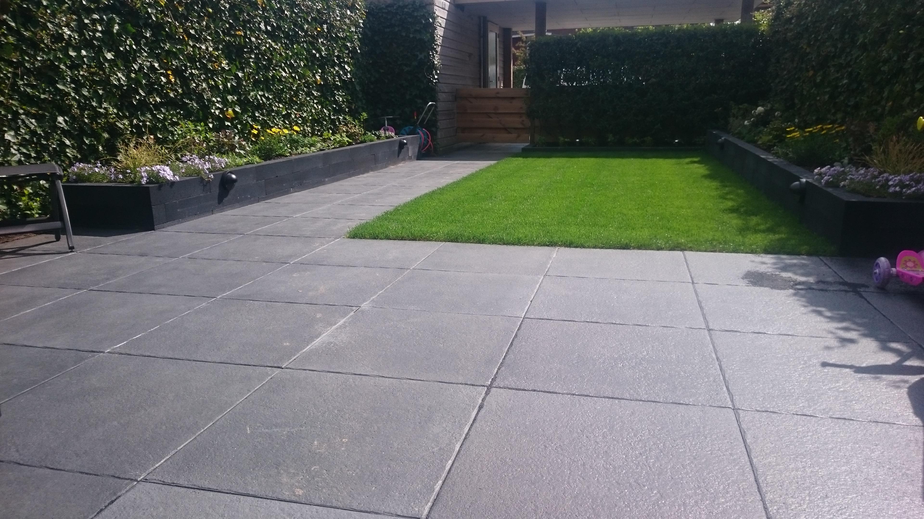 Grote Tuin Tegels.Praktische Tuin Met Mooie Grote Donkergrijze Tegels Gert Lieman